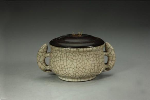 清雍正 仿哥窑鼠耳簋式炉,故宫博物院藏