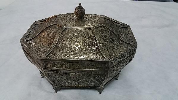 银錾刻盾形纹章庭院人物图八角盒
