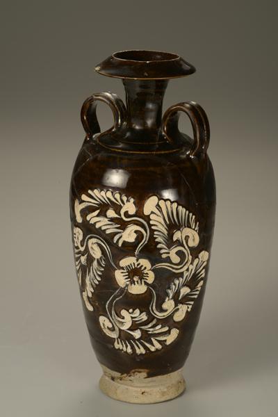 黑釉剔花填白彩双系瓶