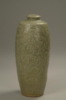 青釉刻花缠枝牡丹纹梅瓶