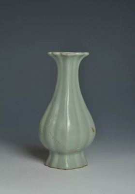 南宋龙泉窑青釉瓜棱纹壁瓶