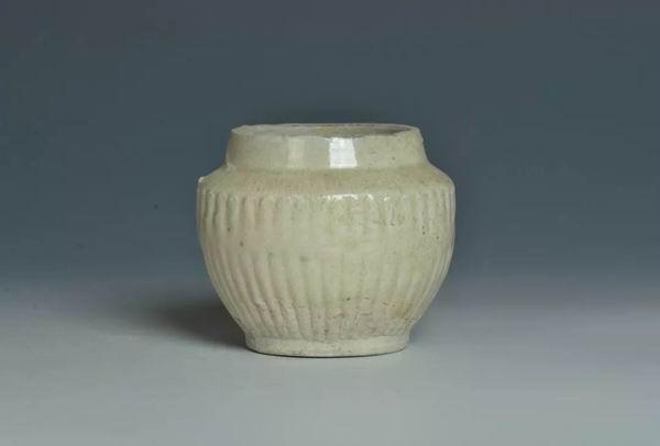 南宋天目窑青白釉菊瓣纹罐