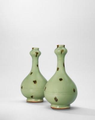 元 龙泉窑「飞青瓷」褐斑蒜头瓶 (一对)