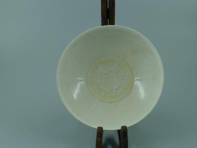 青白釉印双鱼纹碗