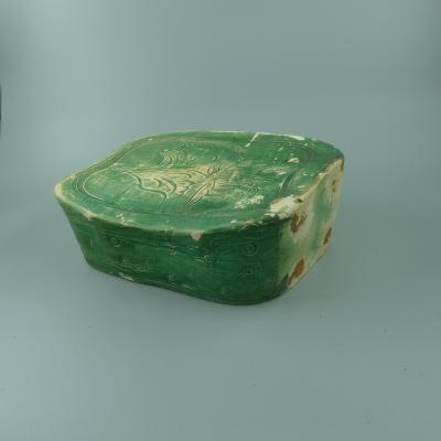 吉州窑绿釉刻花枕