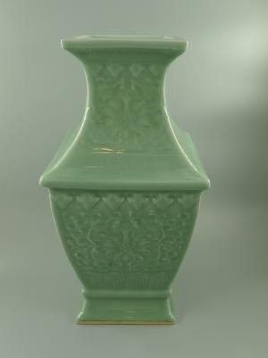 青釉印花缠枝莲纹方瓶