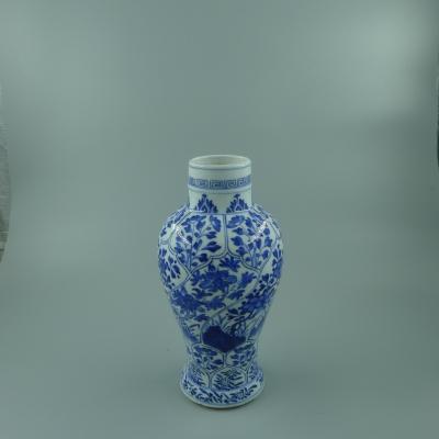 青花花卉纹观音瓶
